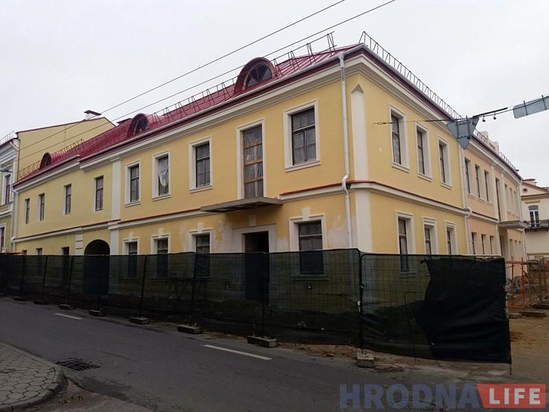 Рэканструкцыя на Кірава: чарговы стары фасад ператварыўся ў новы дом