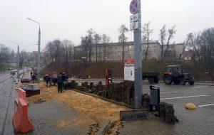 На бясплатнай паркоўцы на Віленскай зноў разбіраюць плітку