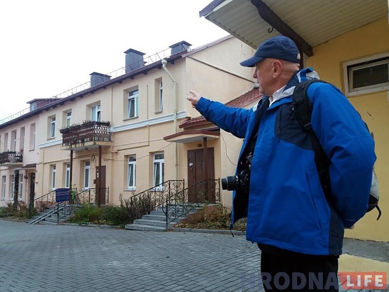 Ян паказвае дом, дзе да вайны ў Гродне жыў Фелікс Зандман.