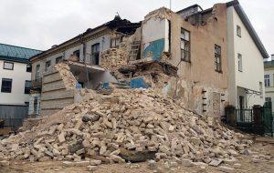 Засыпалі падвал і разабралі частку будынка: на Тэльмана пачалася рэканструкцыя старога дома