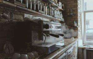 """""""Кавярня гэта не толькі кава"""". Дзмітрый Захарка пра кававую культуру, беларускамоўнасць і перспектывы Замкавай вуліцы"""
