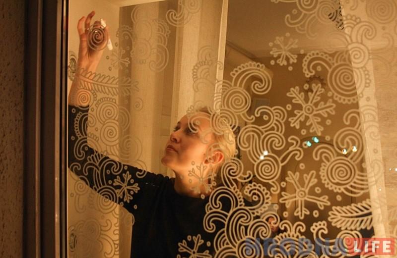 Мастачка-падарожніца з Расіі распісвае гродзенскія вокны перадсвяточнымі ўзорамі
