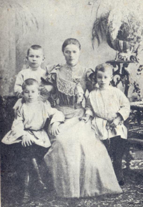 Максім Багдановіч (сядзіць злева) з цёткай і братамі, 1897