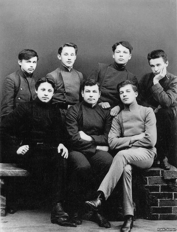 Максім Багдановіч сярод таварышаў-гімназістаў, 1911
