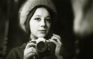 """1970 год. Наталля Дораш, аўтапартрэт у люстэрку. У руках фотапарат """"Зенит 3-М"""", які падараваў бацька."""