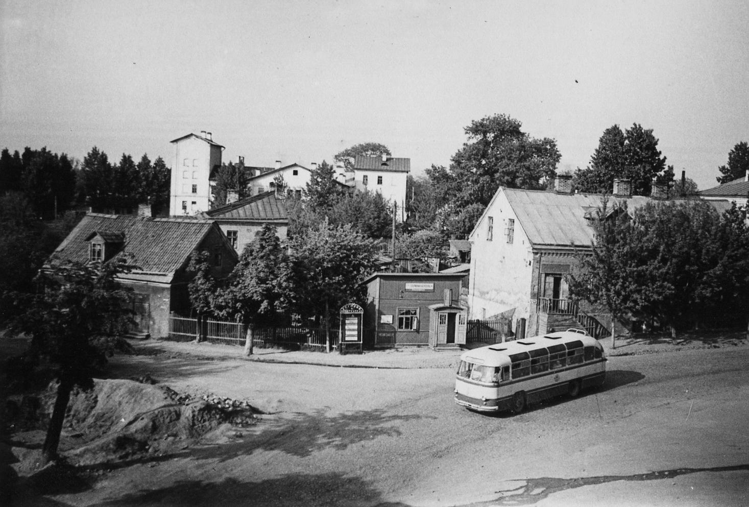 Прывакзальная плошча 1963 г. У драўляным дамку цырульня Мееровіча. Фота Віктара Саяпіна.