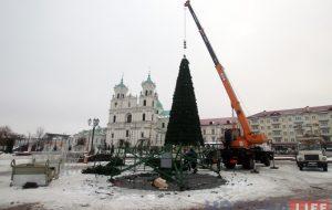 Фотафакт: У Гродне разбіраюць святочныя елкі