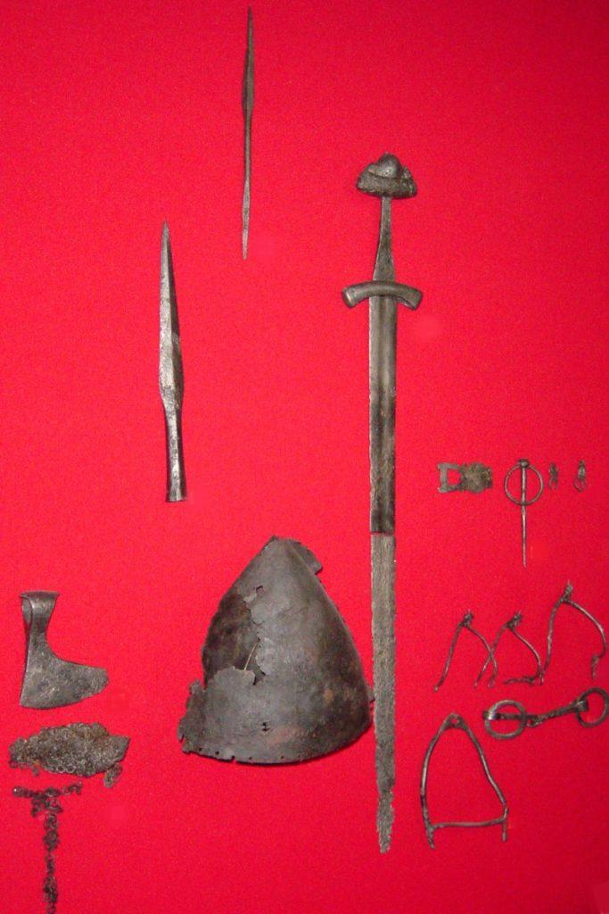 Зброя, знойдзеная гродзенскімі школьнікамі ў 1980-х гг. Паходзіць з часоў барацьбы з крыжакамі