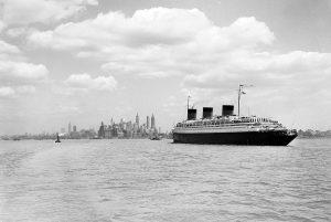 Параход з мігрантамі з Еўропы падплывае да Манхэтэна