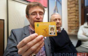 """Ігар Случак з карткай заўзятар """"Нёмана"""", якая зробленая па-беларуску"""
