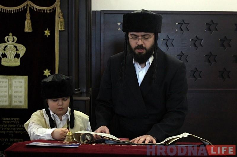 Гродзенскі равін Іцхак Кофман разам з сынам чытае Скрутак Эстэр