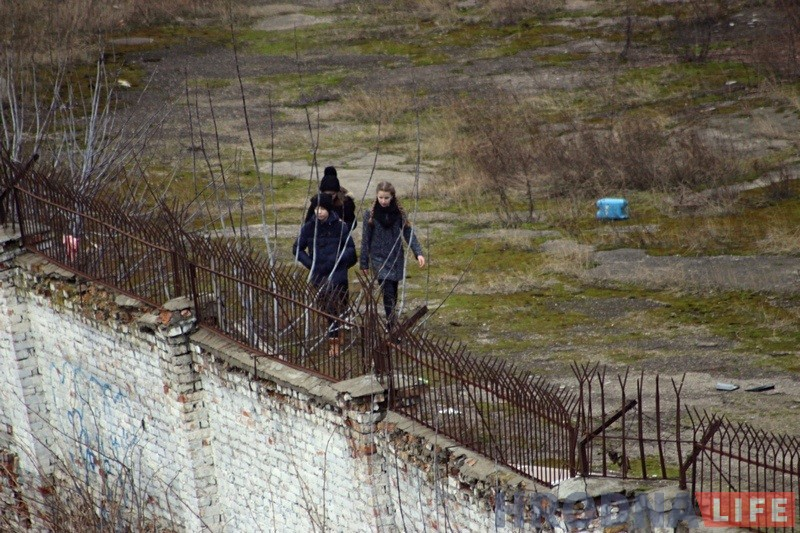 Маладыя дзяўчыны на тэрыторыі закінутага завода