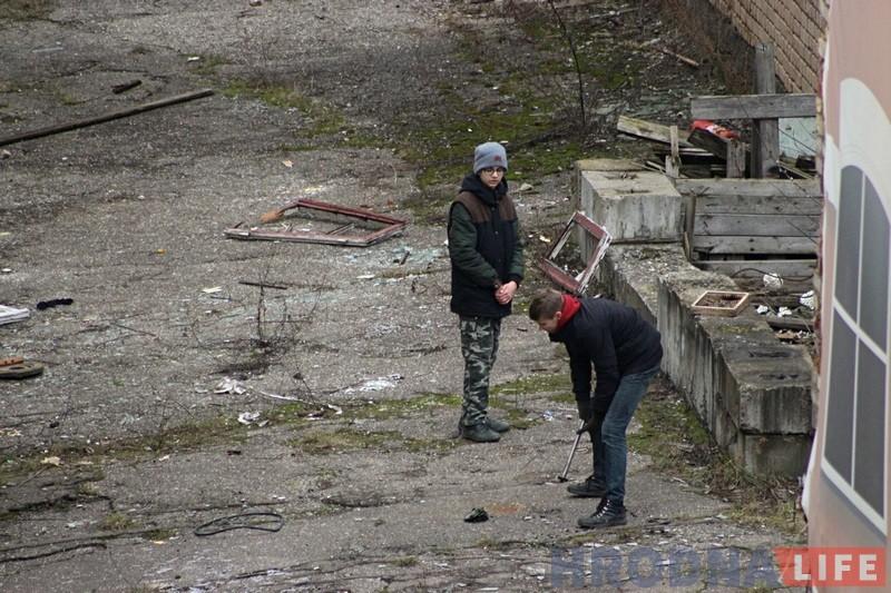 Падлеткі разбіваюць рэч знойдзеную на тэрыторыі закінутага завода