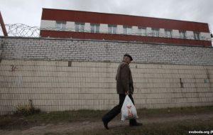 Мужчына нясе перадачу ў ізалятар на Акрэсціна ў Мінску. Фота ілюстрацыйнае