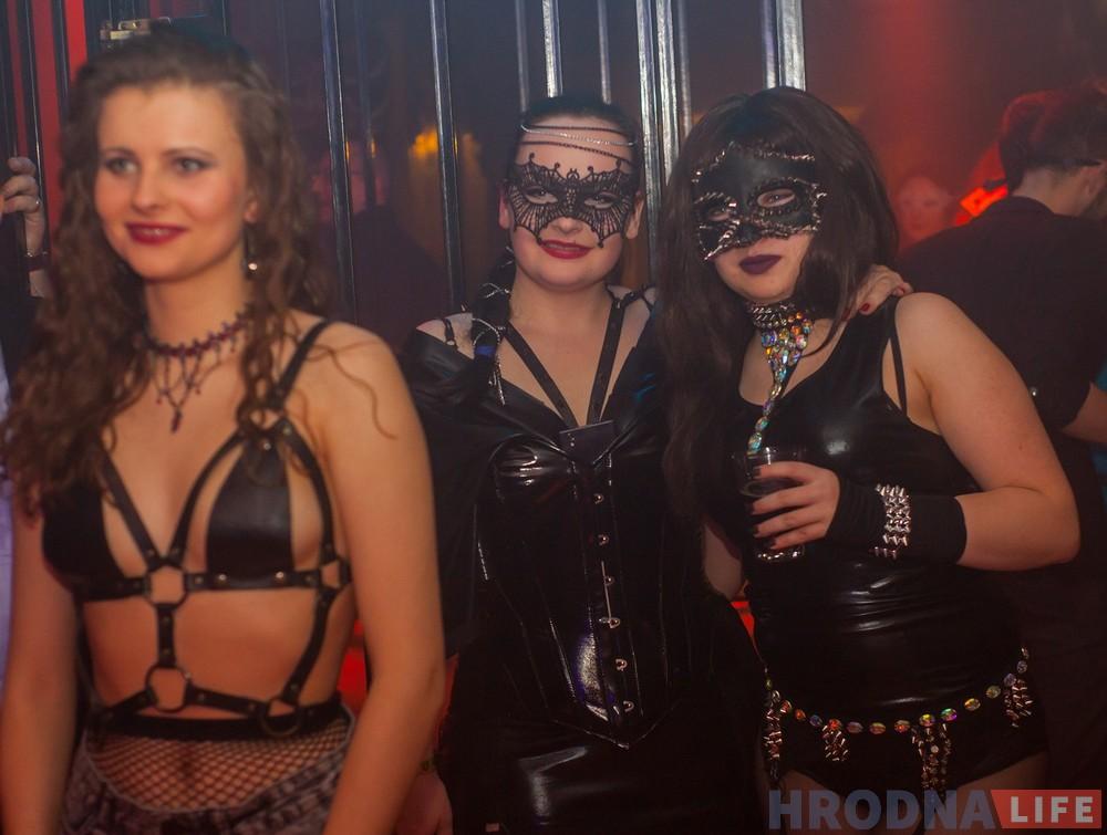 колени, грудастая вечеринка в коже молоденькие девки покажут