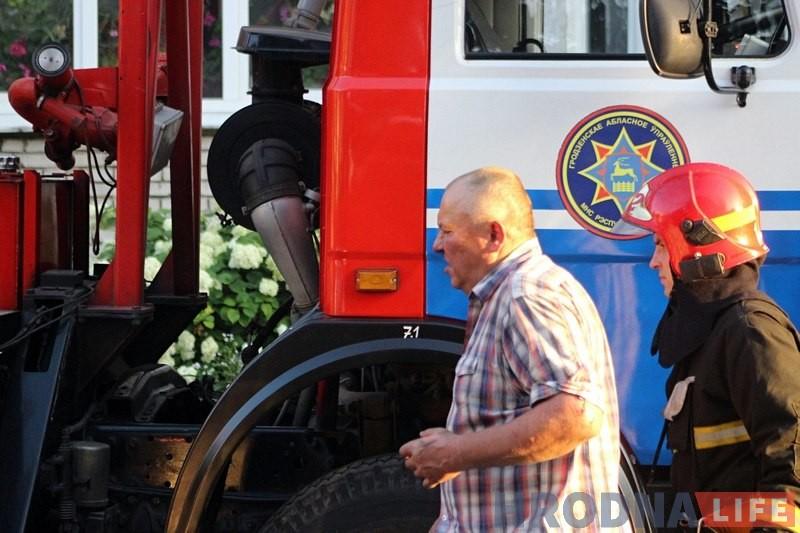 Пажарныя выратавалі гродзенца з палаючай кватэры на Карбышава