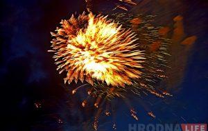 Фота: салют Незалежнасці ў хмарным небе над Гродна