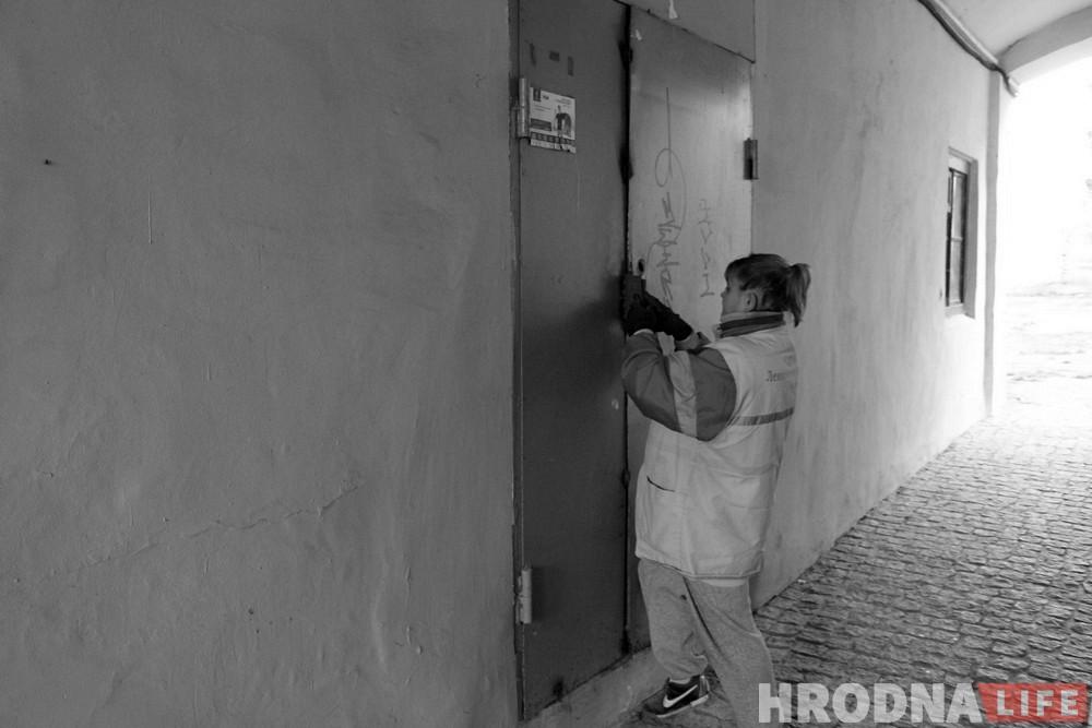 Фотагісторыя: Як камунальнікі чысцяць закінутыя кватэры ў цэнтры Гродна