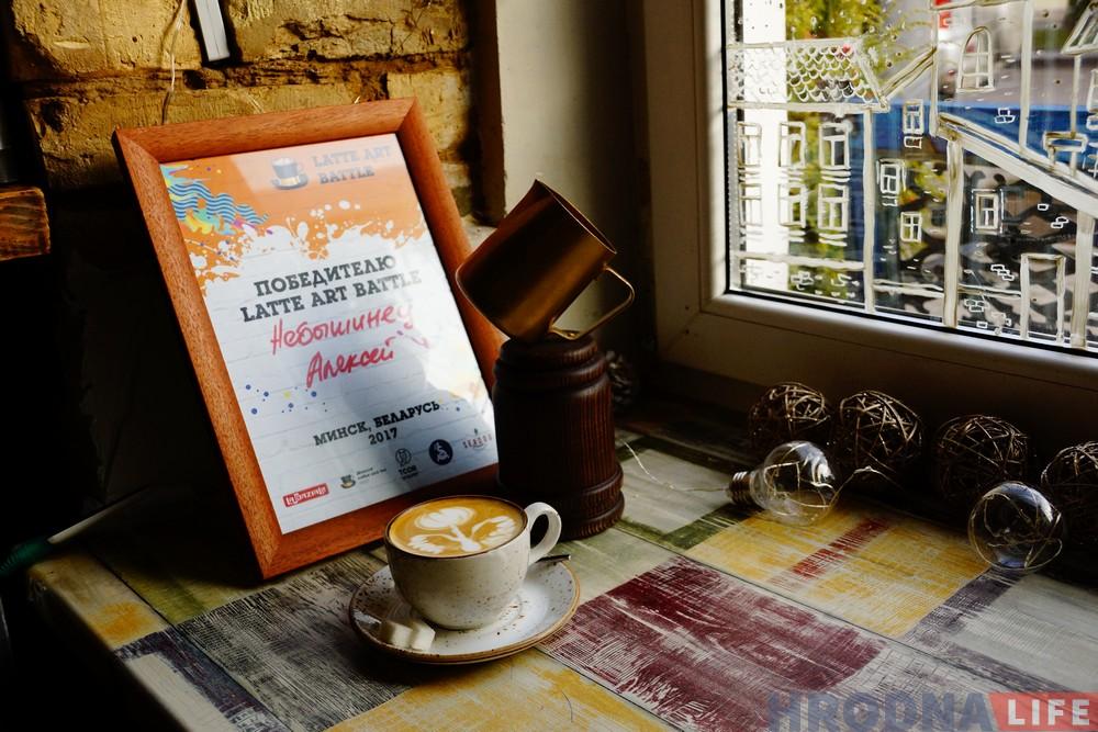 Калядны латэ-арт батл: гродзенскі барыста маляваў па каве лепш за ўсіх