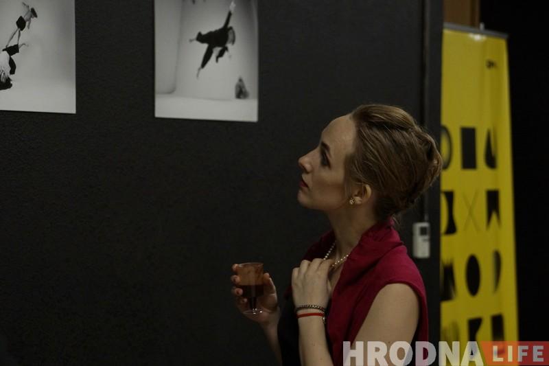 """Танцорка прадставіла ў Гродне фотавыставу """"палётаў без фоташопу"""""""