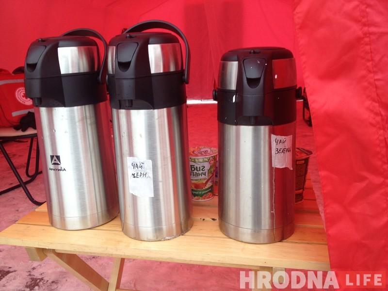 Не дачакаліся маразоў: каля аўтавакзала бясплатна раздаюць чай, супы і пюрэ