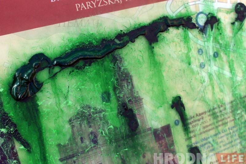 Невядомыя ў цэнтры Гродна абмазалі фарбай турыстычны стэнд