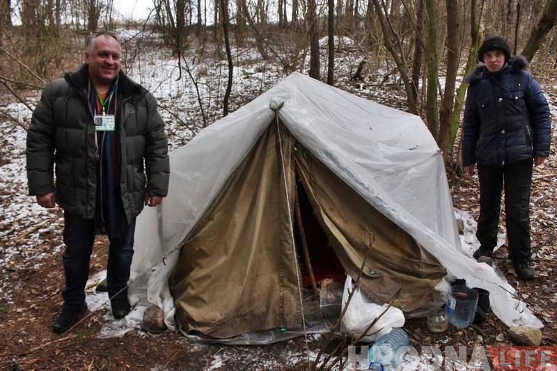 """""""На жизнь не жаловалась, просила помочь с паспортом"""". Девушке, которая живет в лесу, начали делать документы"""
