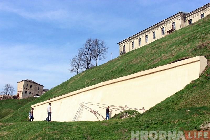 Мастакі пачалі аднаўляць 40-метровую панараму Гродна ля падножжа Новага замка