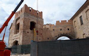 Фота знутры: глядзіце, як перабудоўваюць браму Старога замку ў Гродне