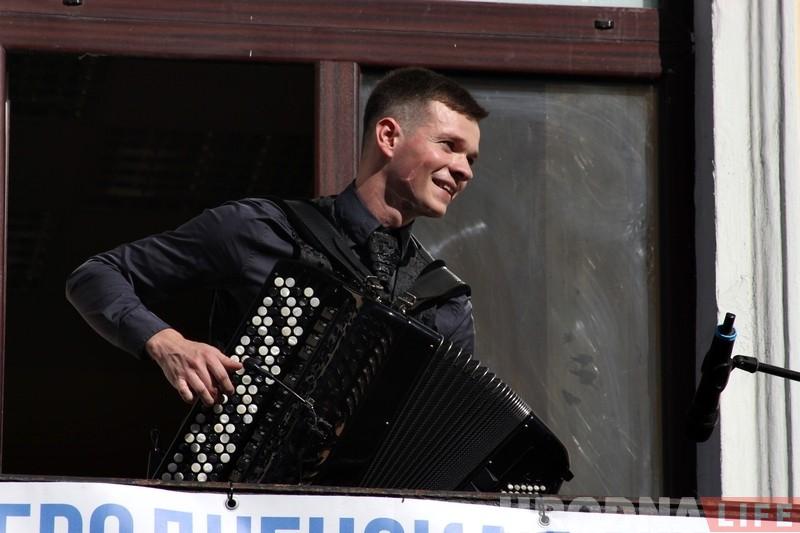 Летнія канцэрты ў Гродне: музыкі выступаюць на балконах старога горада