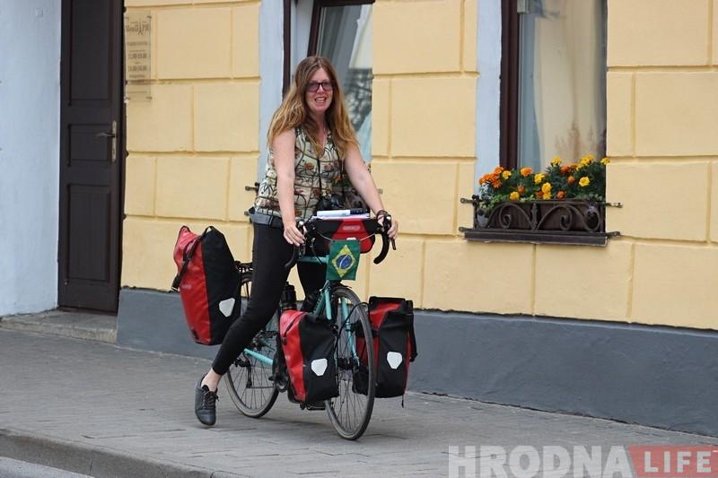Велопутешественница из Бразилии дала Беларуси второй шанс: после провала в Бресте приехала в Гродно