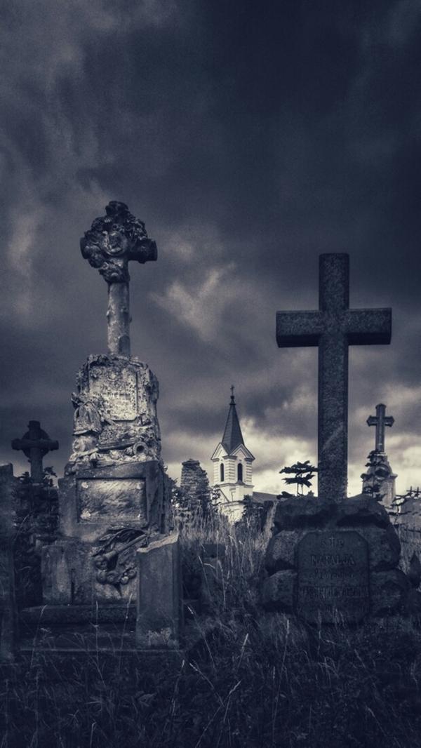 Як з фільма жахаў: гродзенка зрабіла цікавыя фота старых могілак