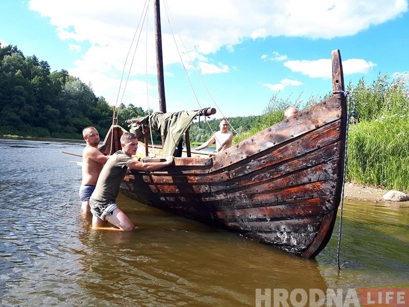 """""""Уяўляеш сябе вікінгам"""". Як мы плылі па Нёману на баявой ладдзі X стагоддзя"""