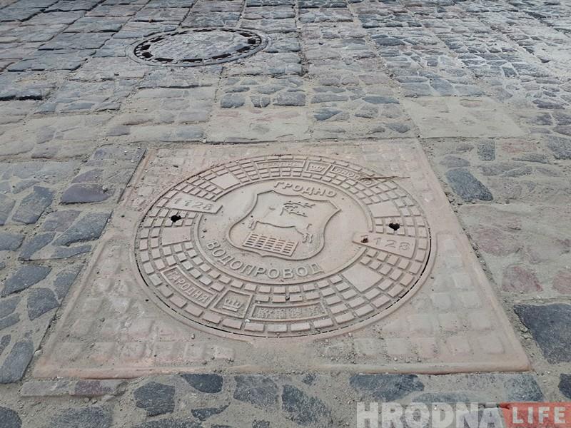 У Гродне працягваюць мяняць савецкія люкі на сучасныя з гербам горада