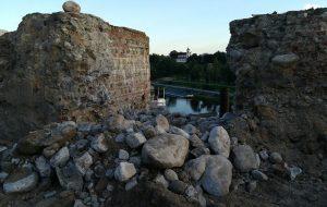 У Гродне з адбойнікам разабралі фрагмент «сцяны Вітаўта» ў Старым замку