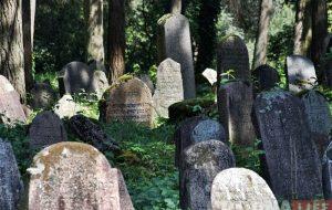 Турысты месяц не могуць патрапіць на яўрэйскія могілкі ў Гродне. Горад звольніў ахоўнікаў і паставіў замок