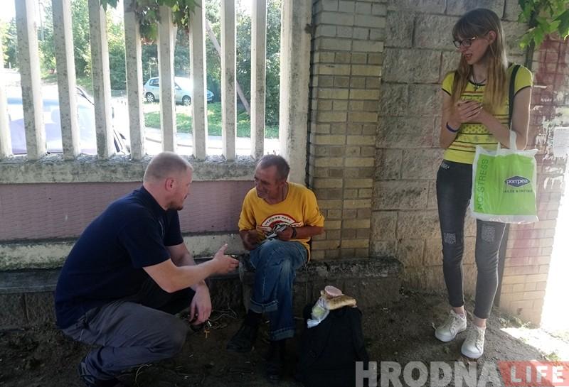 Гродзенская моладзь на вуліцах горада падзялілася ежай з беднымі і бяздомнымі