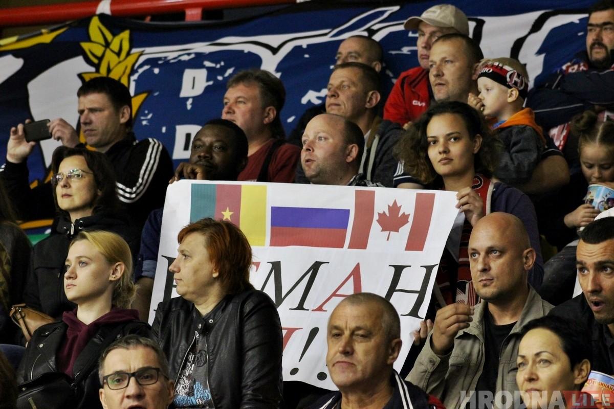 """«Хоккей объединяет». Как туристы в Гродно болели за """"Неман"""""""