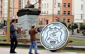 Каля драмтэатра паставілі вялізную пячатку з гербам горада