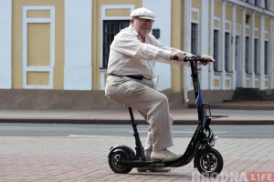 «Варты патрачаных грошай». Гродзенскі пенсіянер набыў электрасамакат і не шкадуе аб гэтым