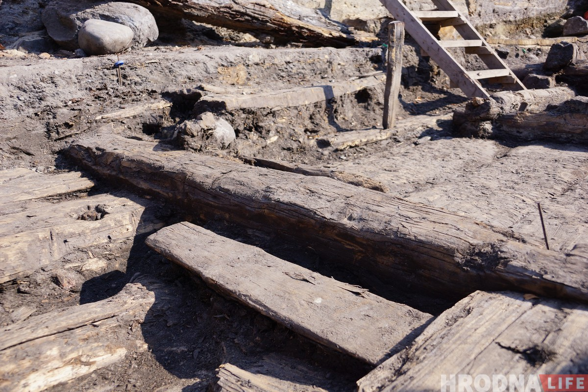 Хату гараджан 14 стагоддзя знайшлі на раскопках Старога замка ў Гродне