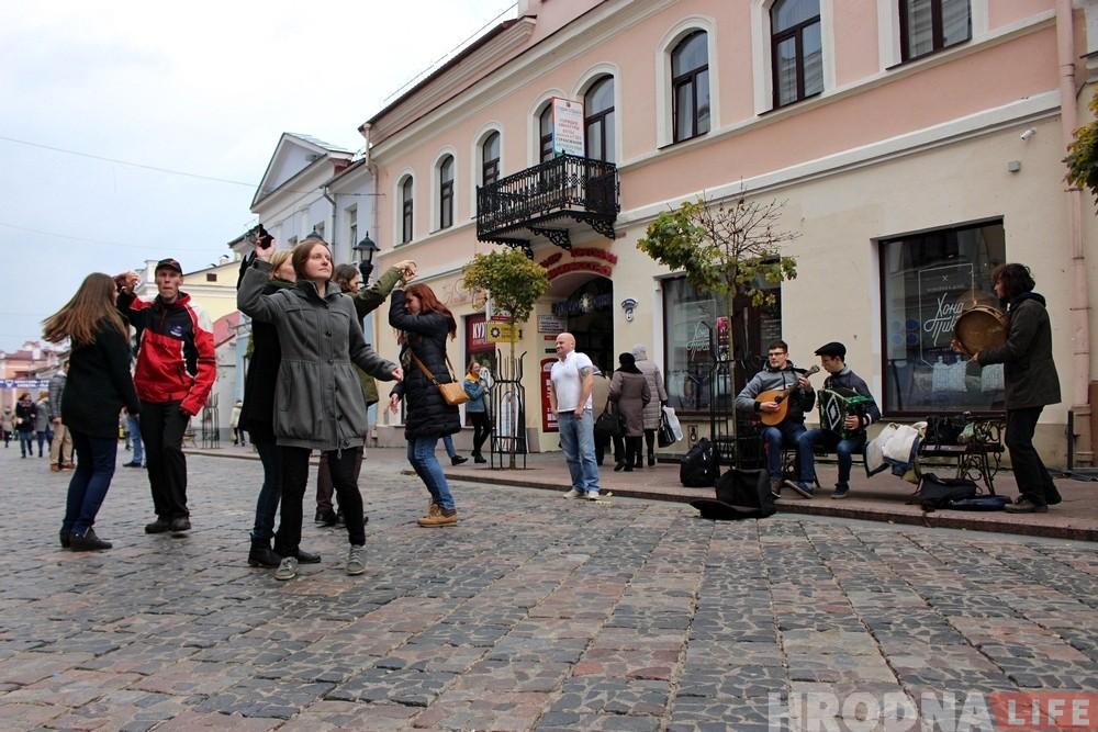Литовские музыканты и танцоры «разогрели» Советскую в Гродно