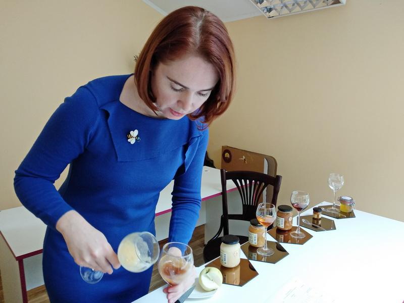 Если мёд с запахом сваренных вкрутую яиц, это нормально? Советы от единственного в Беларуси медового сомелье