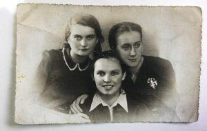 Тры кур'еры. З правага боку: Лoнка (Лiя) Казібродская, Бэла Чазан, Тэма Шнeйдэрман. Здымак быў зроблены ў гестапа падчас каляднай вечарыны ў снежні 1941 г.