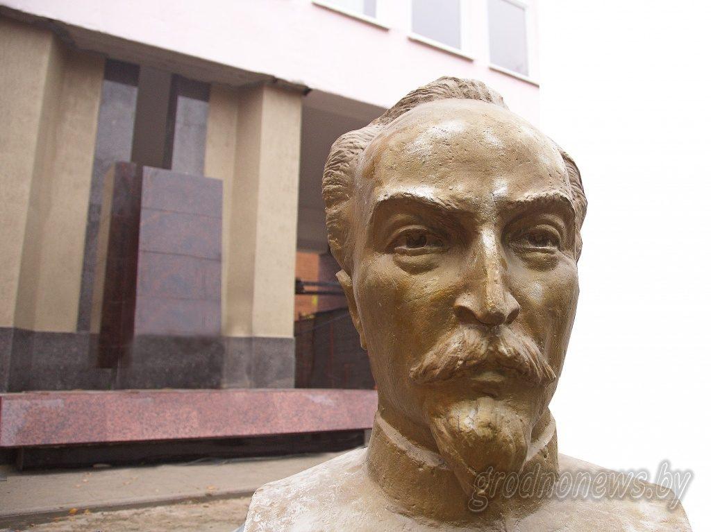В гимназии в Гродно обновляют памятник чекисту Феликсу Дзержинскому