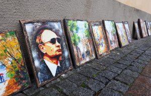 """""""Мы уважаем своих героев, но их не покупают"""". Ремесленники рассказали почему в центре Гродно продают портреты Путина"""