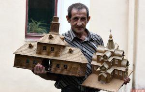 «Были тысячи работ и всё раздавал». Как мастер создавал старый Гродно в деревянных макетах