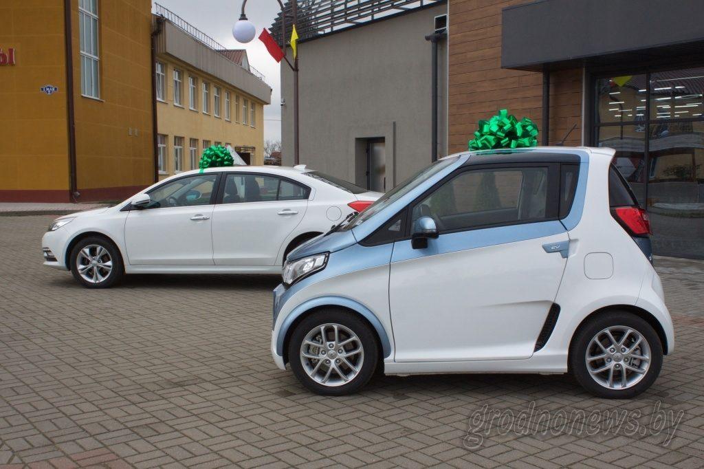 В Ивье подарили электромобили районной больнице и центру соцобслуживания