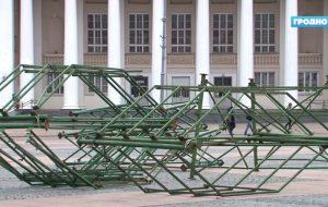 С каждым годом все раньше: в Гродно уже начали устанавливать новогоднюю елку