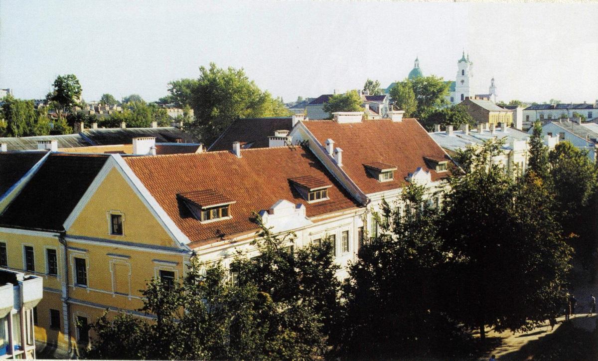 Фота 2001 г. Можаце ўзняцца на дах універмага і ўбачыце, што з дрэваў на здымку не засталося ніводнага